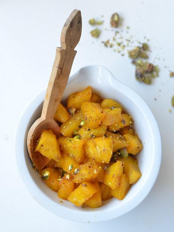 Pour les amateurs d' épices douces voici une recette d'ananas safranée à servir chaud ou tiède avec avec des pistaches croquantes enrobées de miel !