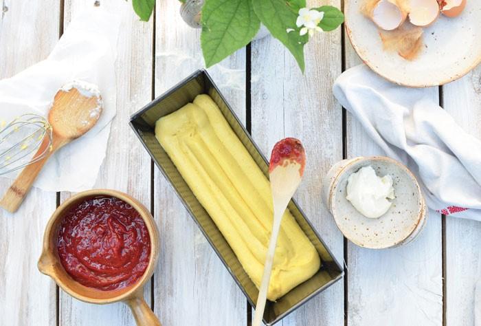 En préparation, un cake au mascarpone et fleur d'oranger, confiture rhubarbe et fraise !