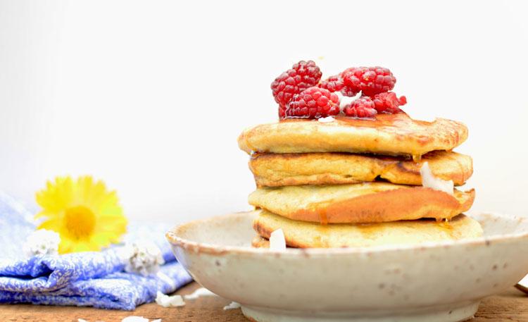 Je suis contre l'idée que des pancakes ne se mangent qu'au petit-déjeuner! Au goûter, en dessert ou pour le petit creux de minuit, un pancake bien doré et généreusement arrosé de sirop d'érable c'est à tout heure oui oui!