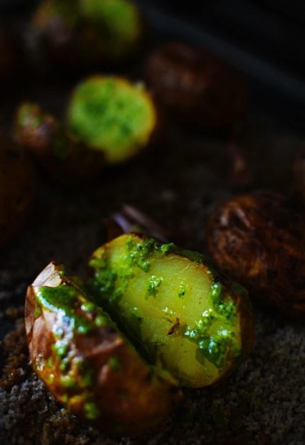 Testez-moi ces pommes de terre au four, légèrement fumées et arrosées d'une huile verte aux herbes fraichement coupées ( ou achetées ;-) )