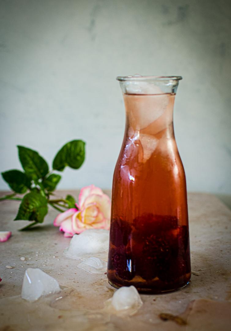 En pleine saison des framboises c'est le moment d'en jeter une bonne poignée dans un litre de thé glacé !